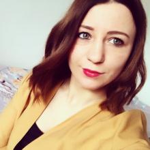 Professional, Lorena, seeking flatmate in East London