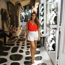 Professional, Laura, seeking flatmate